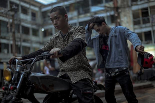Án mạng, chung cư xuống cấp, gái mát-xa: Nét Sài Gòn thô mà thật ở phim Trái Tim Quái Vật? - Ảnh 12.