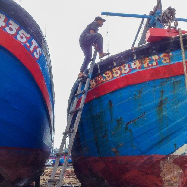Ngư dân Bình Định tấp nập gia cố tàu thuyền tránh bão số 9 đang vào bờ - Ảnh 6.