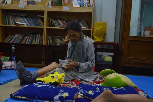 Đà Nẵng sơ tán khẩn cấp 400 hộ dân dưới chân núi Ngũ Hành Sơn ngay trong đêm trước giờ bão số 9 đổ bộ - Ảnh 11.