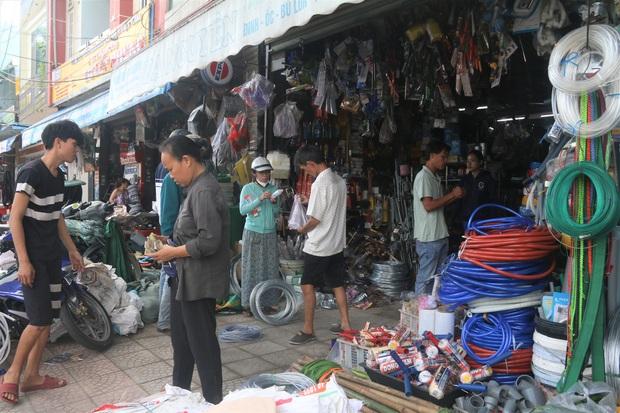 Người dân Đà Nẵng đổ xô đi mua vật liệu chằng chống nhà cửa trước giờ siêu bão đổ bộ - Ảnh 1.