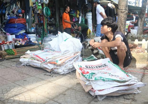 Người dân Đà Nẵng đổ xô đi mua vật liệu chằng chống nhà cửa trước giờ siêu bão đổ bộ - Ảnh 2.