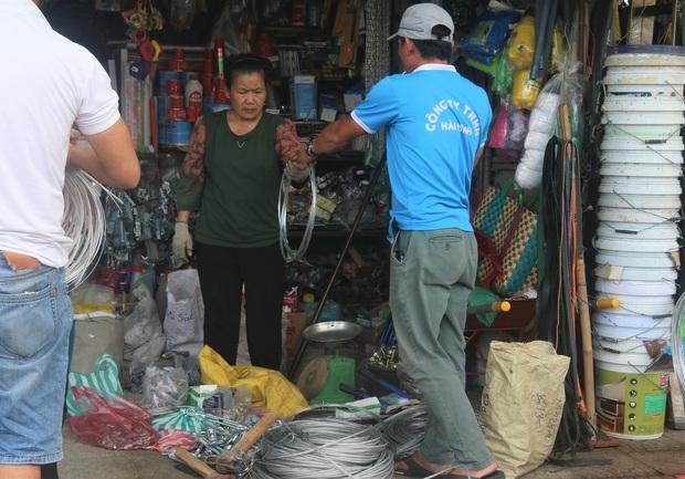Người dân Đà Nẵng đổ xô đi mua vật liệu chằng chống nhà cửa trước giờ siêu bão đổ bộ - Ảnh 5.