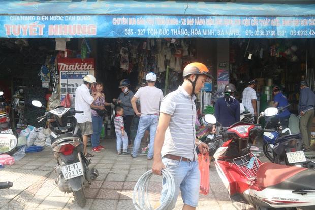 Người dân Đà Nẵng đổ xô đi mua vật liệu chằng chống nhà cửa trước giờ siêu bão đổ bộ - Ảnh 7.