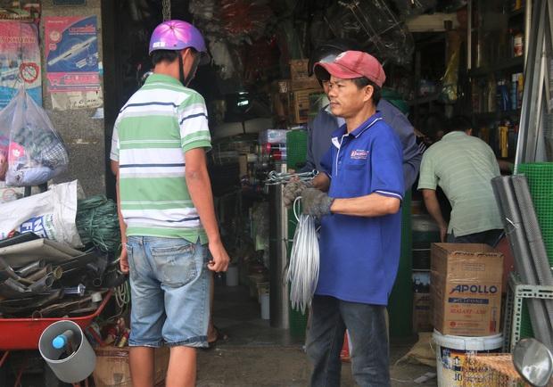 Người dân Đà Nẵng đổ xô đi mua vật liệu chằng chống nhà cửa trước giờ siêu bão đổ bộ - Ảnh 10.