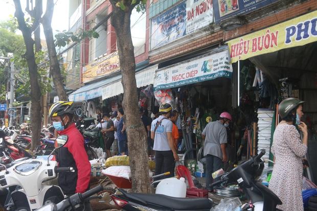Người dân Đà Nẵng đổ xô đi mua vật liệu chằng chống nhà cửa trước giờ siêu bão đổ bộ - Ảnh 11.
