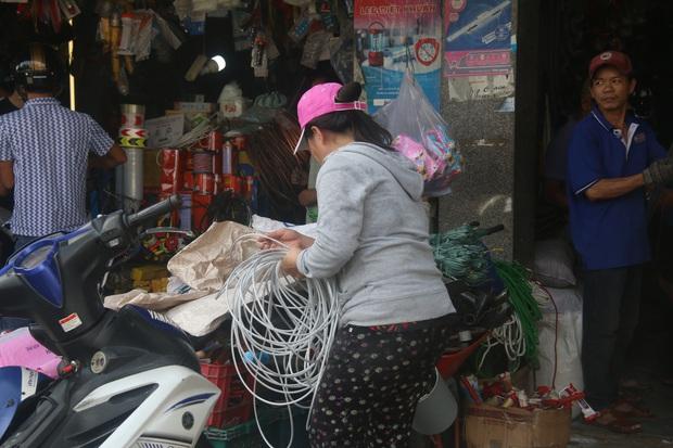Người dân Đà Nẵng đổ xô đi mua vật liệu chằng chống nhà cửa trước giờ siêu bão đổ bộ - Ảnh 13.