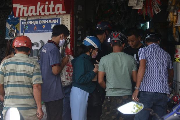 Người dân Đà Nẵng đổ xô đi mua vật liệu chằng chống nhà cửa trước giờ siêu bão đổ bộ - Ảnh 14.