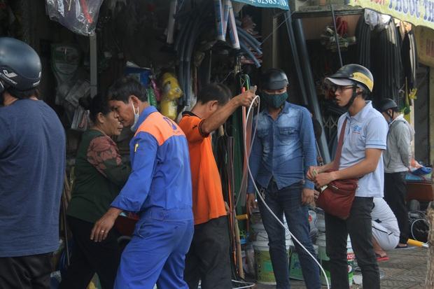 Người dân Đà Nẵng đổ xô đi mua vật liệu chằng chống nhà cửa trước giờ siêu bão đổ bộ - Ảnh 16.