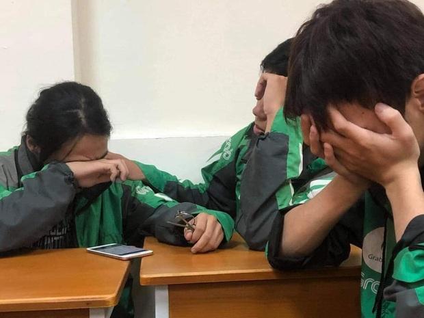 Xôn xao câu chuyện về 3 sinh viên miền Trung đi học xa nhà, chạy xe ôm công nghệ: Bật khóc ngay trong lớp khi nghe tin nhà cửa bị trôi sạch - Ảnh 1.