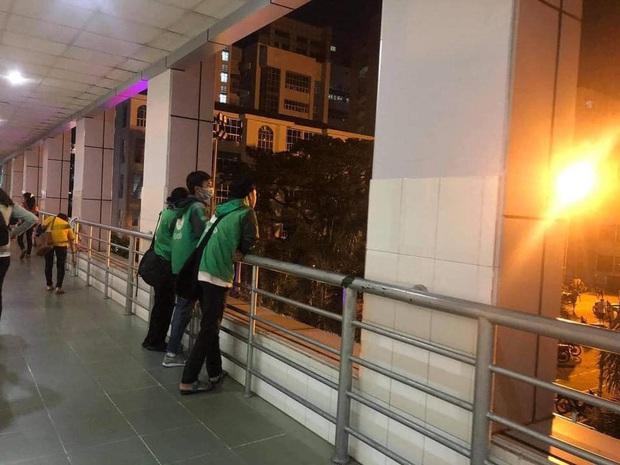 Xôn xao câu chuyện về 3 sinh viên miền Trung đi học xa nhà, chạy xe ôm công nghệ: Bật khóc ngay trong lớp khi nghe tin nhà cửa bị trôi sạch - Ảnh 3.