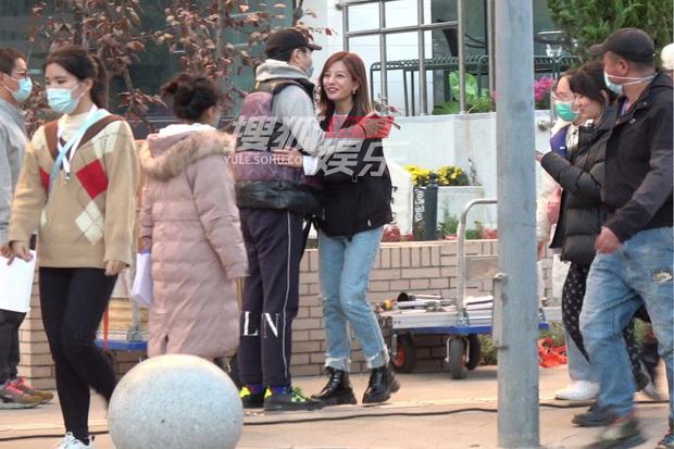 Giữa bê bối sống chung với trai trẻ hậu ly hôn, Triệu Vy vẫn tươi cười, thể hiện thái độ thân thiết với đồng nghiệp nam - Ảnh 5.