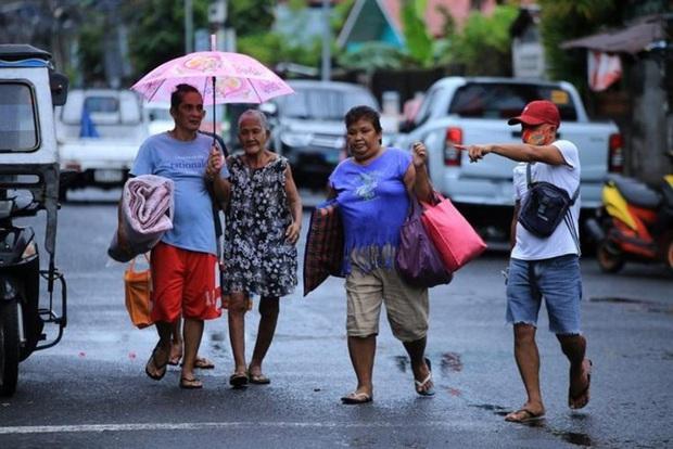 Bão Molave khiến hàng nghìn người Philippines phải sơ tán - Ảnh 1.
