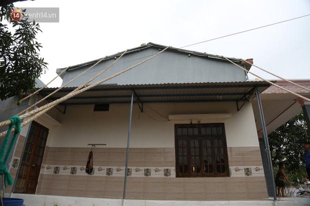 Người dân Quảng Nam đào hầm, đưa cả nhà xuống trú ẩn để tránh bão số 9 - Ảnh 1.