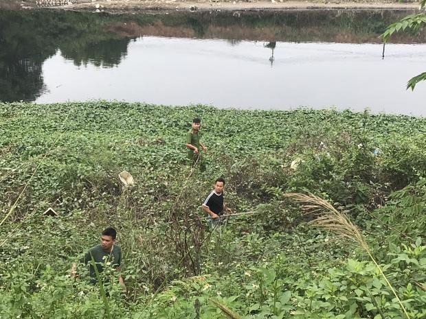 """Hàng trăm người dân, công an và thân nhân đang lội sông tìm kiếm nữ sinh Học viện Ngân hàng: """"Đoạn đường nữ sinh mất dấu vết đã 3 hôm không có điện"""" - Ảnh 13."""