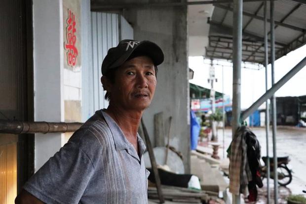 Người dân ven biển Quảng Ngãi cố chằng chống nhà cửa trước khi bão số 9 đổ bộ: Giờ nhà cửa mình đã cố giữ, nếu mất thì đành chịu thôi - Ảnh 2.