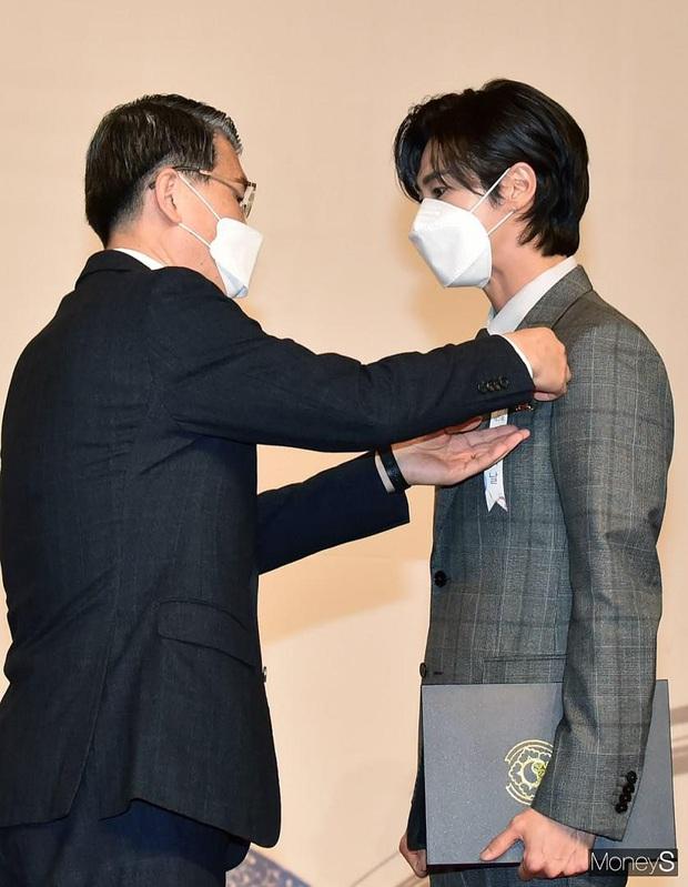 Nam thần Yunho (DBSK) nhận bằng khen từ Tổng thống, minh tinh Go So Young lộ diện sau bê bối săn gái của Jang Dong Gun - Ảnh 2.