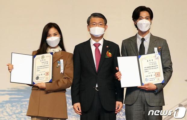 Nam thần Yunho (DBSK) nhận bằng khen từ Tổng thống, minh tinh Go So Young lộ diện sau bê bối săn gái của Jang Dong Gun - Ảnh 8.