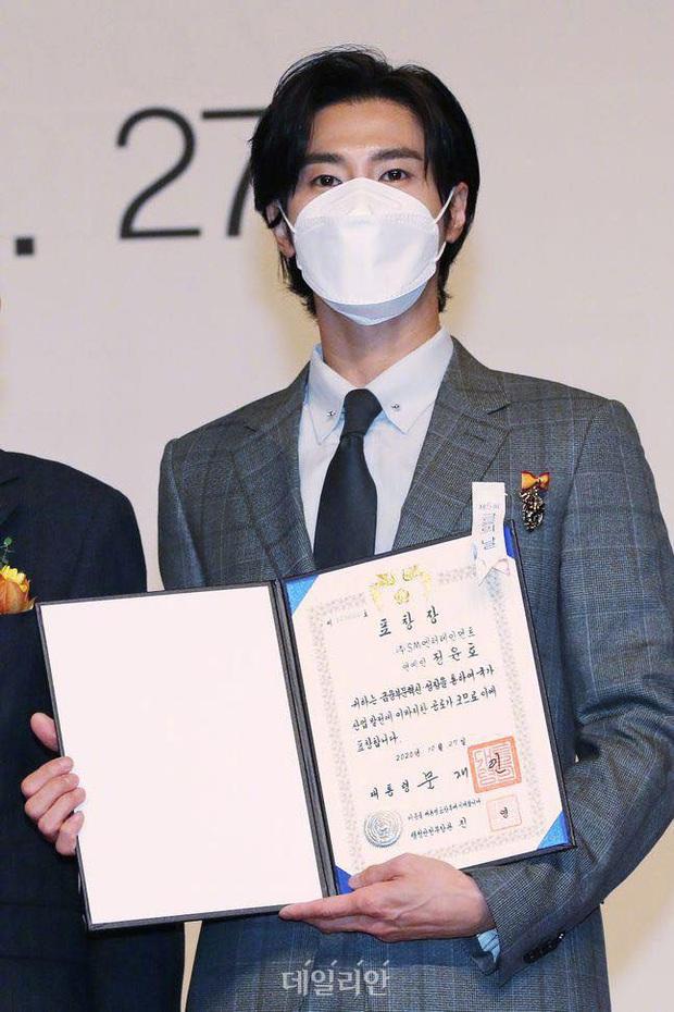 Nam thần Yunho (DBSK) nhận bằng khen từ Tổng thống, minh tinh Go So Young lộ diện sau bê bối săn gái của Jang Dong Gun - Ảnh 3.
