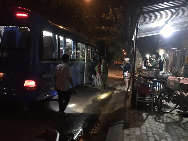 Đà Nẵng sơ tán khẩn cấp 400 hộ dân dưới chân núi Ngũ Hành Sơn ngay trong đêm trước giờ bão số 9 đổ bộ - Ảnh 4.