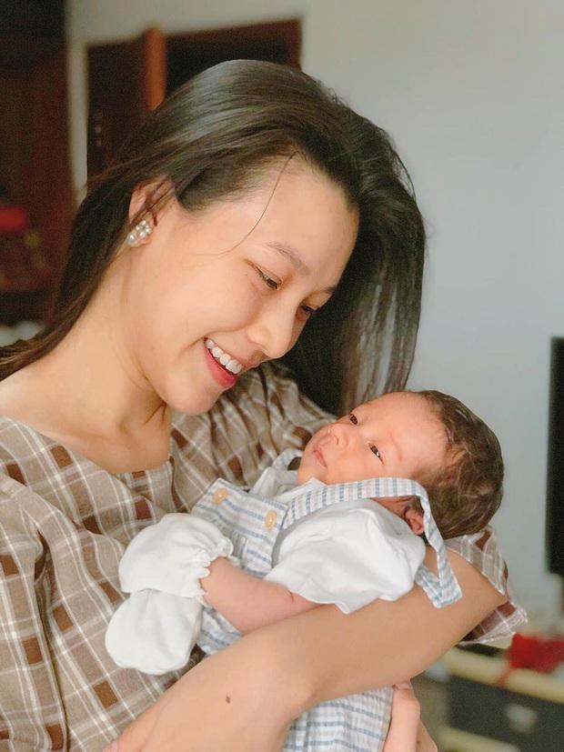 Nhóc tỳ nhà MC Hoàng Oanh gây sốt với sống mũi cực phẩm, 3 tháng tuổi đã được hội bố mẹ đặt gạch làm con rể tương lai - Ảnh 3.