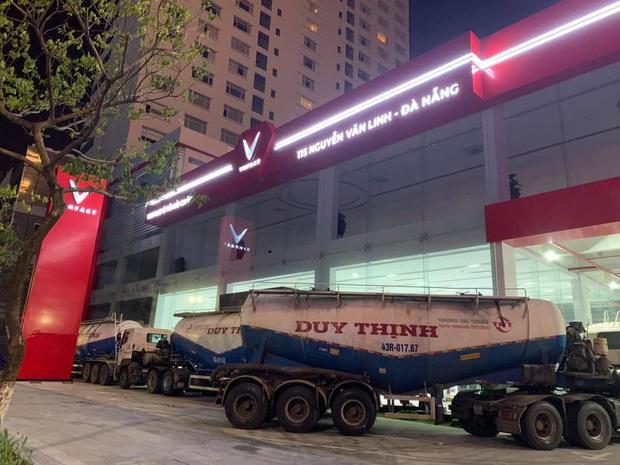 Người Đà Nẵng thuê container chắn trước khách sạn, cửa hàng để đề phòng sức tàn phá khủng khiếp của bão số 9 - Ảnh 2.