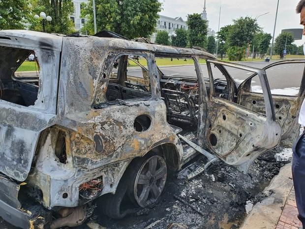Hà Nội: Xe ô tô hạng sang Mercedes GL450 bất ngờ bốc cháy chỉ còn lại khung sắt - Ảnh 2.
