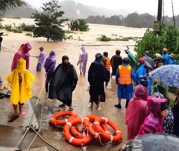 Nhiều nơi ở Kon Tum chìm trong biển nước, quốc lộ bị nứt toác, sạt lở khiến giao thông tê liệt - Ảnh 4.