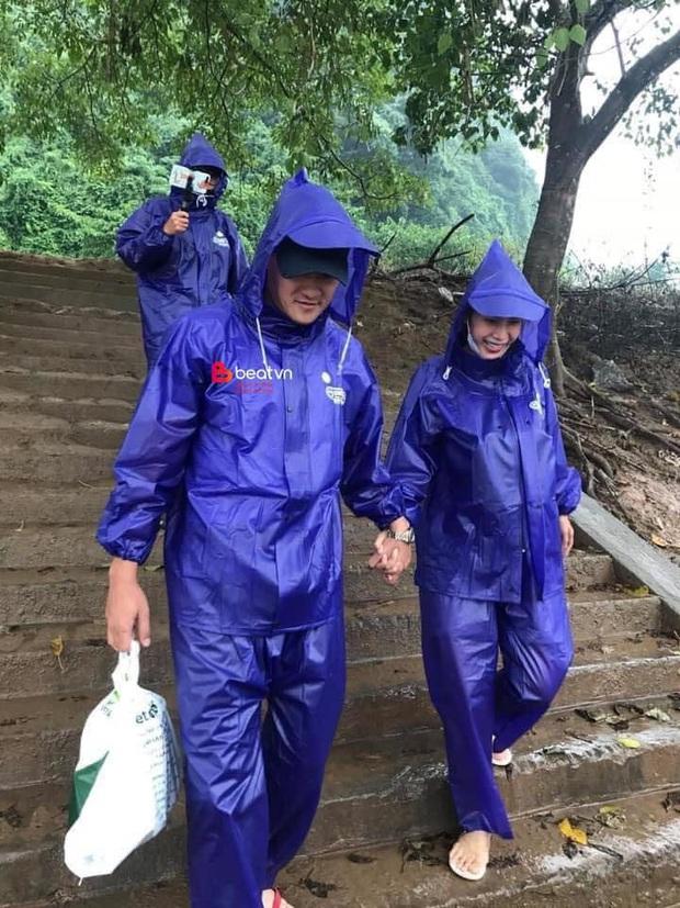 Hình ảnh đẹp: Công Vinh - Thủy Tiên mặc áo mưa, hạnh phúc nắm chặt tay nhau cùng đi cứu trợ miền Trung - Ảnh 1.