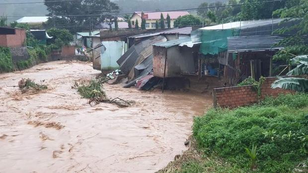 Nhiều nơi ở Kon Tum chìm trong biển nước, quốc lộ bị nứt toác, sạt lở khiến giao thông tê liệt - Ảnh 3.