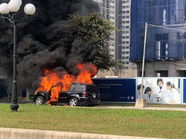 Hà Nội: Xe ô tô hạng sang Mercedes GL450 bất ngờ bốc cháy chỉ còn lại khung sắt - Ảnh 1.