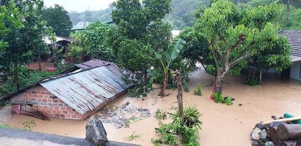 Nhiều nơi ở Kon Tum chìm trong biển nước, quốc lộ bị nứt toác, sạt lở khiến giao thông tê liệt - Ảnh 1.