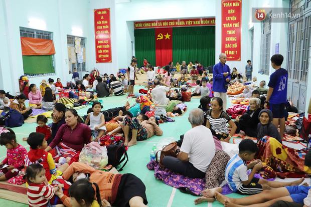 Hàng trăm người trú tránh trong ngôi nhà chung để ứng phó với bão số 9: Dù vất vả nhưng ấm áp đến lạ - Ảnh 1.
