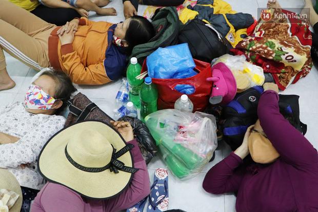 Hàng trăm người trú tránh trong ngôi nhà chung để ứng phó với bão số 9: Dù vất vả nhưng ấm áp đến lạ - Ảnh 14.
