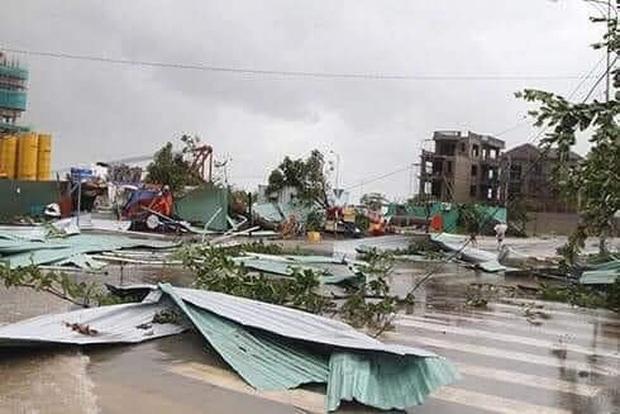 Ảnh: Trường học tan hoang, tốc mái, cây cối đổ la liệt chặn ngang lối đi khi bão số 9 ập đến - Ảnh 7.
