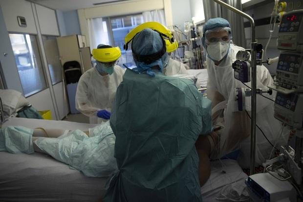 Thiếu nhân lực nghiêm trọng, nhân viên y tế mắc COVID-19 tại Bỉ vẫn phải làm việc - Ảnh 1.