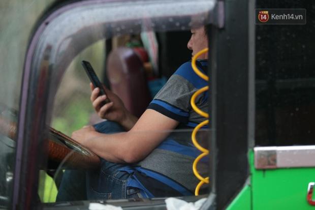 Hành khách mệt mỏi kéo vali đi bộ tìm nơi nghỉ, tài xế ngồi đánh bài trên Quốc lộ vì bão số 9 - Ảnh 6.