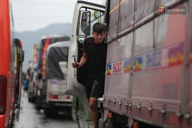 Hành khách mệt mỏi kéo vali đi bộ tìm nơi nghỉ, tài xế ngồi đánh bài trên Quốc lộ vì bão số 9 - Ảnh 13.