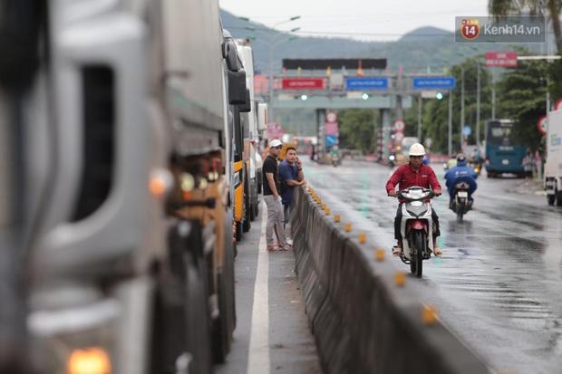 Hành khách mệt mỏi kéo vali đi bộ tìm nơi nghỉ, tài xế ngồi đánh bài trên Quốc lộ vì bão số 9 - Ảnh 5.