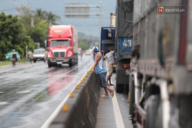 Hành khách mệt mỏi kéo vali đi bộ tìm nơi nghỉ, tài xế ngồi đánh bài trên Quốc lộ vì bão số 9 - Ảnh 3.
