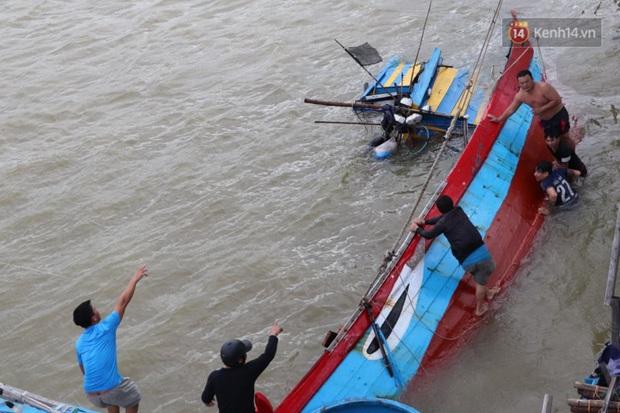 Bão đi qua, nhà sập hết nhưng người dân ven biển Quảng Ngãi vẫn chung tay giúp đỡ nhau, phụ vớt thuyền bị chìm lên bờ - Ảnh 18.