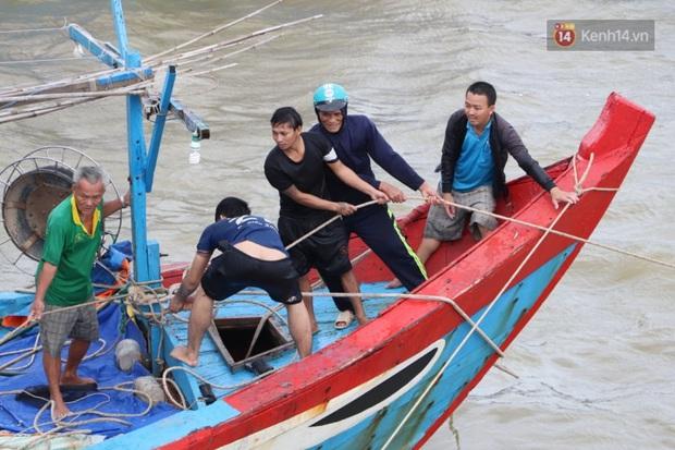 Bão đi qua, nhà sập hết nhưng người dân ven biển Quảng Ngãi vẫn chung tay giúp đỡ nhau, phụ vớt thuyền bị chìm lên bờ - Ảnh 16.