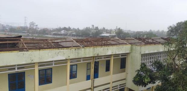 Ảnh: Trường học tan hoang, tốc mái, cây cối đổ la liệt chặn ngang lối đi khi bão số 9 ập đến - Ảnh 2.
