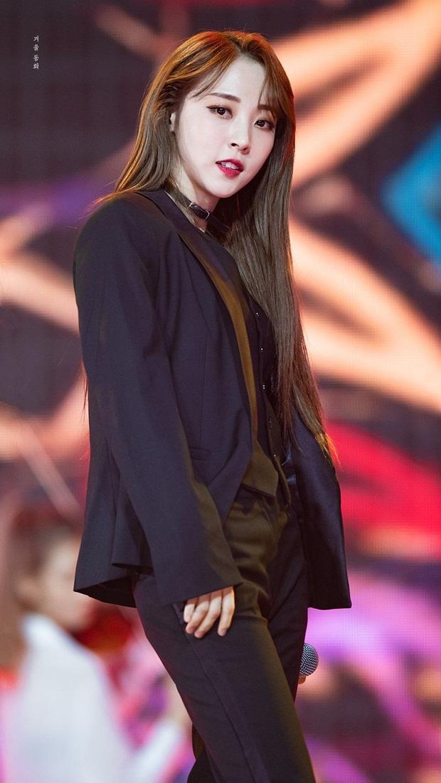 8 cô nàng đẹp trai nhất Kpop: Mỹ nhân TWICE khiến fangirl đổ rầm rầm, chị đại MAMAMOO nhờ đâu mà tóc dài vẫn soái đến lạ? - Ảnh 13.