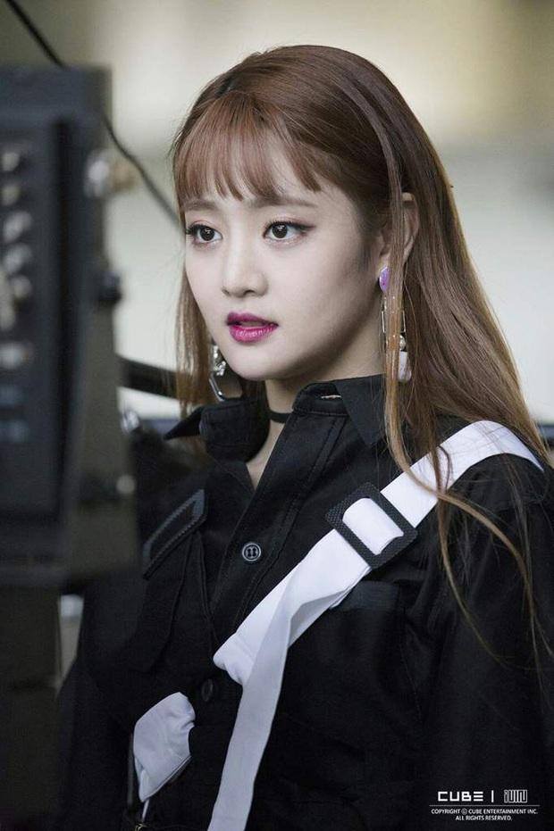 8 cô nàng đẹp trai nhất Kpop: Mỹ nhân TWICE khiến fangirl đổ rầm rầm, chị đại MAMAMOO nhờ đâu mà tóc dài vẫn soái đến lạ? - Ảnh 22.