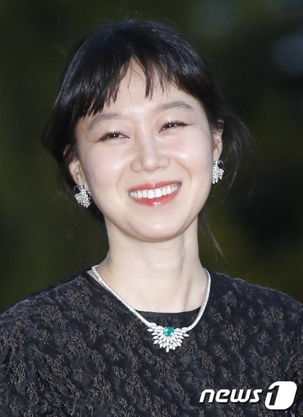Quân đoàn sao đổ bộ thảm đỏ khủng: Hyun Bin ngời ngời sau tin kết hôn, Junsu - SEVENTEEN cứu 2 màn dìm visual gây choáng - Ảnh 7.