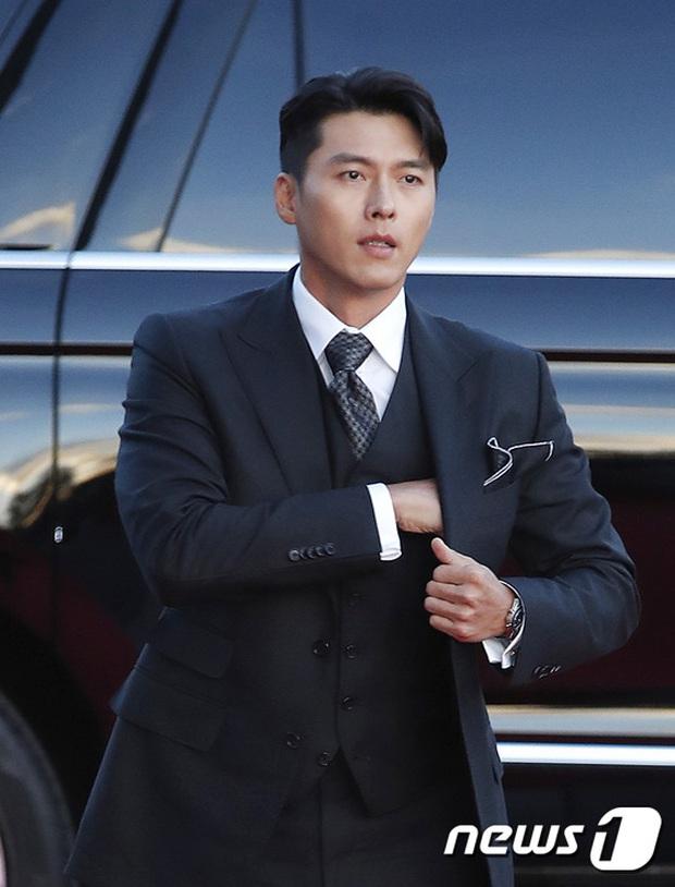 Quân đoàn sao đổ bộ thảm đỏ khủng: Hyun Bin ngời ngời sau tin kết hôn, Junsu - SEVENTEEN cứu 2 màn dìm visual gây choáng - Ảnh 2.