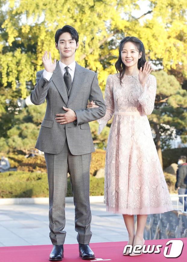 Quân đoàn sao đổ bộ thảm đỏ khủng: Hyun Bin ngời ngời sau tin kết hôn, Junsu - SEVENTEEN cứu 2 màn dìm visual gây choáng - Ảnh 21.