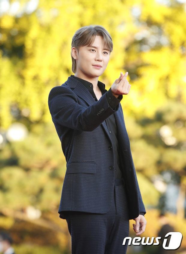 Quân đoàn sao đổ bộ thảm đỏ khủng: Hyun Bin ngời ngời sau tin kết hôn, Junsu - SEVENTEEN cứu 2 màn dìm visual gây choáng - Ảnh 13.