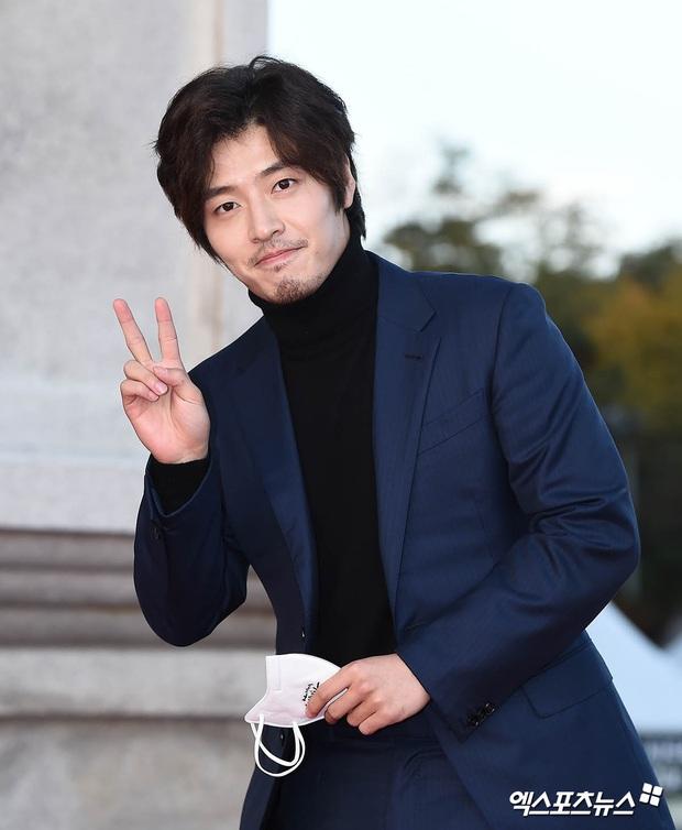 Quân đoàn sao đổ bộ thảm đỏ khủng: Hyun Bin ngời ngời sau tin kết hôn, Junsu - SEVENTEEN cứu 2 màn dìm visual gây choáng - Ảnh 10.