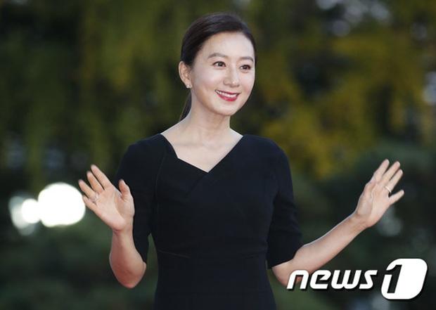 Quân đoàn sao đổ bộ thảm đỏ khủng: Hyun Bin ngời ngời sau tin kết hôn, Junsu - SEVENTEEN cứu 2 màn dìm visual gây choáng - Ảnh 16.